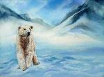 Eisbär Knut steht vor eisigen Bergen der Arktis
