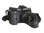Olympus E-1: la prima fotocamera digitale che inaugura il sistema quattro terzi.