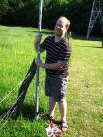 Stefan, DH5FFL, hier in seiner legendären Outdoorbekleidung beim Aufbau einer Kurzwellenantenne