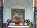 Die geschmückte Pieta in der Kapelle