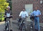 Heimatvereinvorsitzender Ludger Besse, Pfarrer Heio Weishaupt und Hans-Peter Dördelmann stellten die neuen Radrouten vor.     (Foto: Theo Wolters)