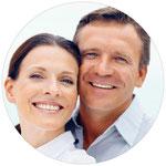 Feste Zähne statt herausnehmbare Teilprothesen: Implantate machen es möglich.