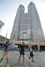 東京都庁の前で「打ち水日和」のPR