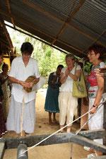 2010 à Sri-Lanka, la fileuse de laine filait de la fibre de la noix de coco.