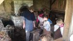 animation pédagogique de la forge au chateau d'Eaucourt, participation des enfants