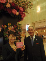写真右:会長の塩島さん 写真左:事務局の高田昌子さん(ホテルメトロポリタン マーケティング部営業企画マネージャー) 「ガイドマップを持って食べにくる外国のお客様が増えたので中国語や英語のメニュー表示を増やしたというラーメン店さんもあるんですヨ」