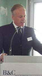 In seiner Festrede bedankt sich Dieter Becken für die hervorragende Arbeit | © greenIMMO