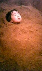 米ぬか酵素風呂に包まれて安心して眠る幼児