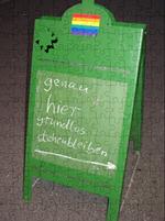 """Foto eines Aufstellers auf dem geschrieben steht: """"genau hier grundlos stehenbleiben"""""""