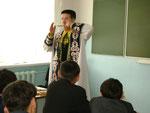Дети увлеченно слушали игру артиста на кубызах разных стран, и сами пробовали сыграть знакомые мелодии.