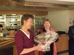 """Mune Lehmann (Links) bekommt von Lisa Winter den """"Goldenen kokus"""" überreicht"""