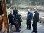 Утро следующего дня. В ожидании шашлыков идет плодотворная дискуссия на свежем воздухе. Слева-направо: Паша RA9XY (Инта), Саша RV9XY (Печора), Юра RV9XJ (Эжва), Володя UA9XCW (Усинск).