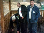 А у нас в Усинске для шашлыка дрова не рубят - используют нефть! Слева-направо: Анатолий UA9XX, Володя UA9XCW, Александр RA9XV