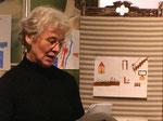 Lecture des témoignages des résidents de l'EHPAD, parmi les dessins des enfants