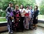 Die japanischen Damen in traditionellen Kimonos/Yukatas