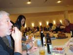 Fröhliche Versammlung der Chormitglieder bei mitgebrachten Köstlichkeiten