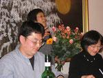 ...und auch die Organisationsleiterin, Frau Dr. Terue Mizonobe-Schulze, erhält Blumen zum DAnk für ihre Arbeit