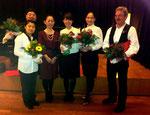 Unsere Solisten nehmen die wohlverdienten Blumen in Emfpang