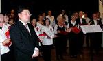 Der Chor in der Konzentrationsphase, links vorne unser Chorleiter Soichi Kobayashi