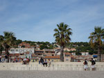 "La plage ""Le Grand Large""  et le village de Cassis"