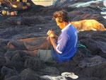 Netze flicken am Strand von Islamar