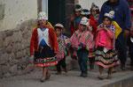 Kinder in Cusco auf dem Weg zu einer Veranstaltung
