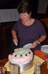 Karin schneidet den Geburtstagskuchen an