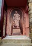 """Trampantojo estatuario """"Esculapio"""" en la entrada del hotel. Ya que el hotel cuenta con spa, se pintó al dios griego de la salud."""