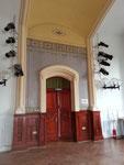 Musterachse in historischer Farbgebung in der Aula im Gymnasium Allee in Hamburg Altona .