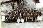 Neukirchner Männer um 1930 vor dem Gasthof Böckhiasl