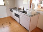 台所~対面キッチンでデイルームを見渡しながら調理が楽しめます