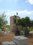 Der Turm bekommt endlich sein Dach für die Sauna