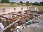 Die Unterkonstruktion für die Holzterrasse entsteht