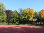 Hartplatz und Pausenhof