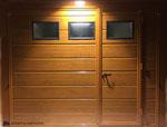 Porta basculante coibentata simil legno con porticina centrale
