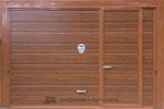 Porta basculante coibentata simil legno con porticina laterale