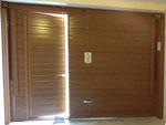 Porta basculante coibentata simil legno con porticina laterale vista interna