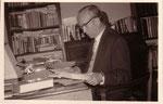 Max Hoppe (Br. Dhammapālo) am Schreibtisch im ehem. Arbeitszimmer Georg Grimms