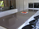 Plans cuisine en Quartz épaisseur 3 cm, finition poli brillant.