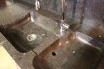 Détail de l'évacuation d'eau du lave légume.