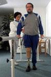 Das Gehen mit der Prothese muß gelernt werden