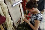 Una ragazza intreccia un tappeto