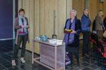 Joke van Campenhout en Adri Rodenburg delen koekjes en flyers uit.