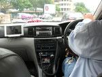 Taxi Fahrt in Bangkok,im Fernsehen kommt gerade,dass eine Bombe in der naehe explodierte