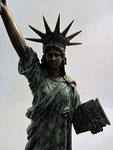 Freiheitsstatue aus Bronze auf Marmorsockel -. Yin Yang Asiatika - Klaus Dellefant