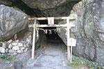 19歳の大師が悟りを開いたといわれる洞窟・御厨人窟 (みくろど)  。内には五所神社と呼ばれる社がある。