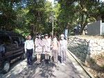 最御崎寺から室戸岬灯台に降りる途中の道で、室戸市観光キャンペーンレディーと並んで記念撮影。