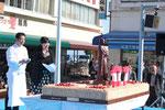 坂本龍馬生誕177回目の誕生日をお祝いする「巨大バースデーケーキ」。龍馬像はチョコレートでできている。