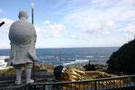 太平洋を見下ろす室戸青年大師像と涅槃像。青年時代に弘法大師が修行をしたゆかりの地であることから,昭和59年に建立された。