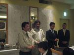最上階のレストランの慰労会で、フォーラムのスタッフにお礼の挨拶を述べられる畠山議員と安部議員